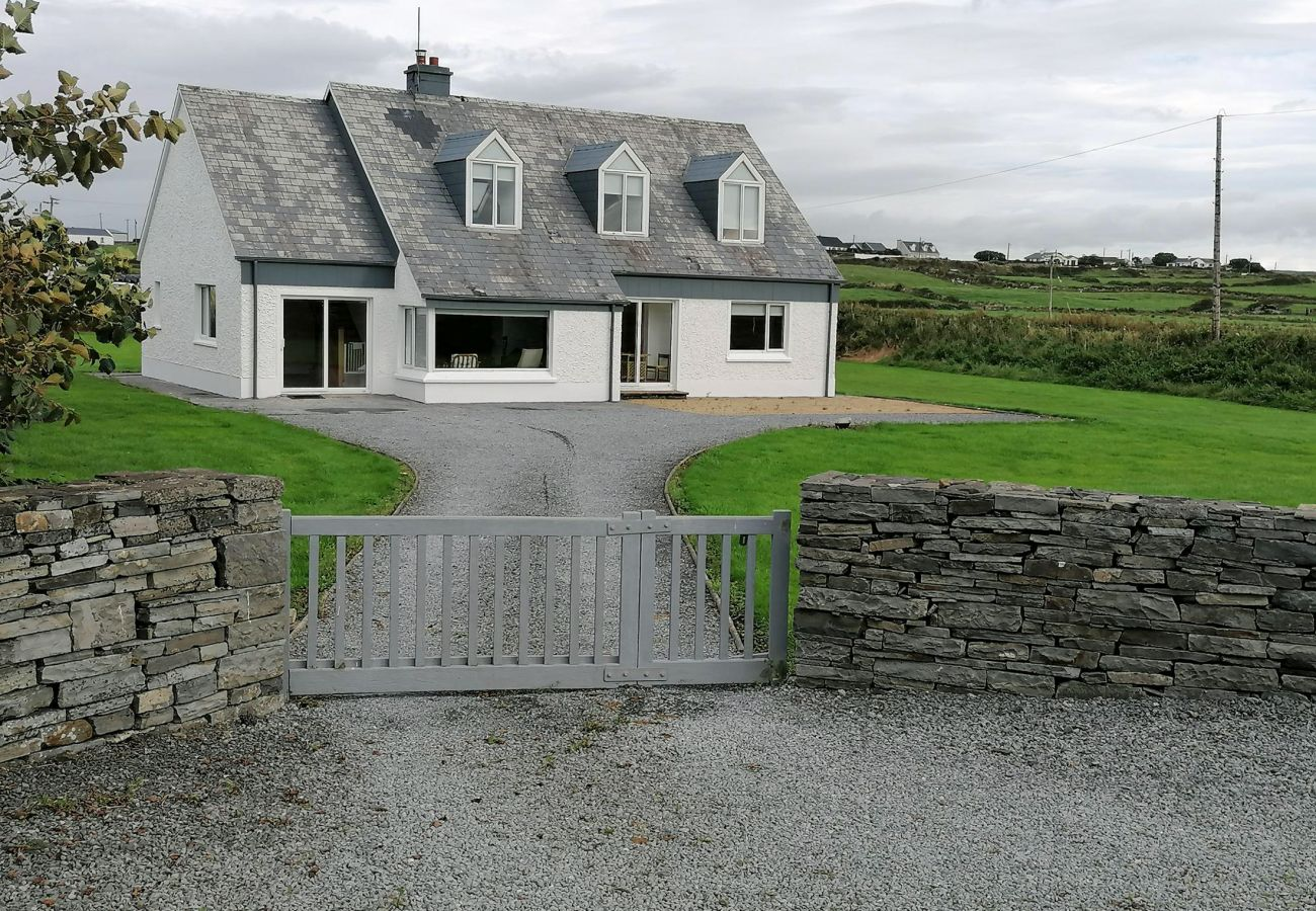 Spacious and Bright Spanish Point El  Martins Holiday Home, Milltown Malbay, County Clare