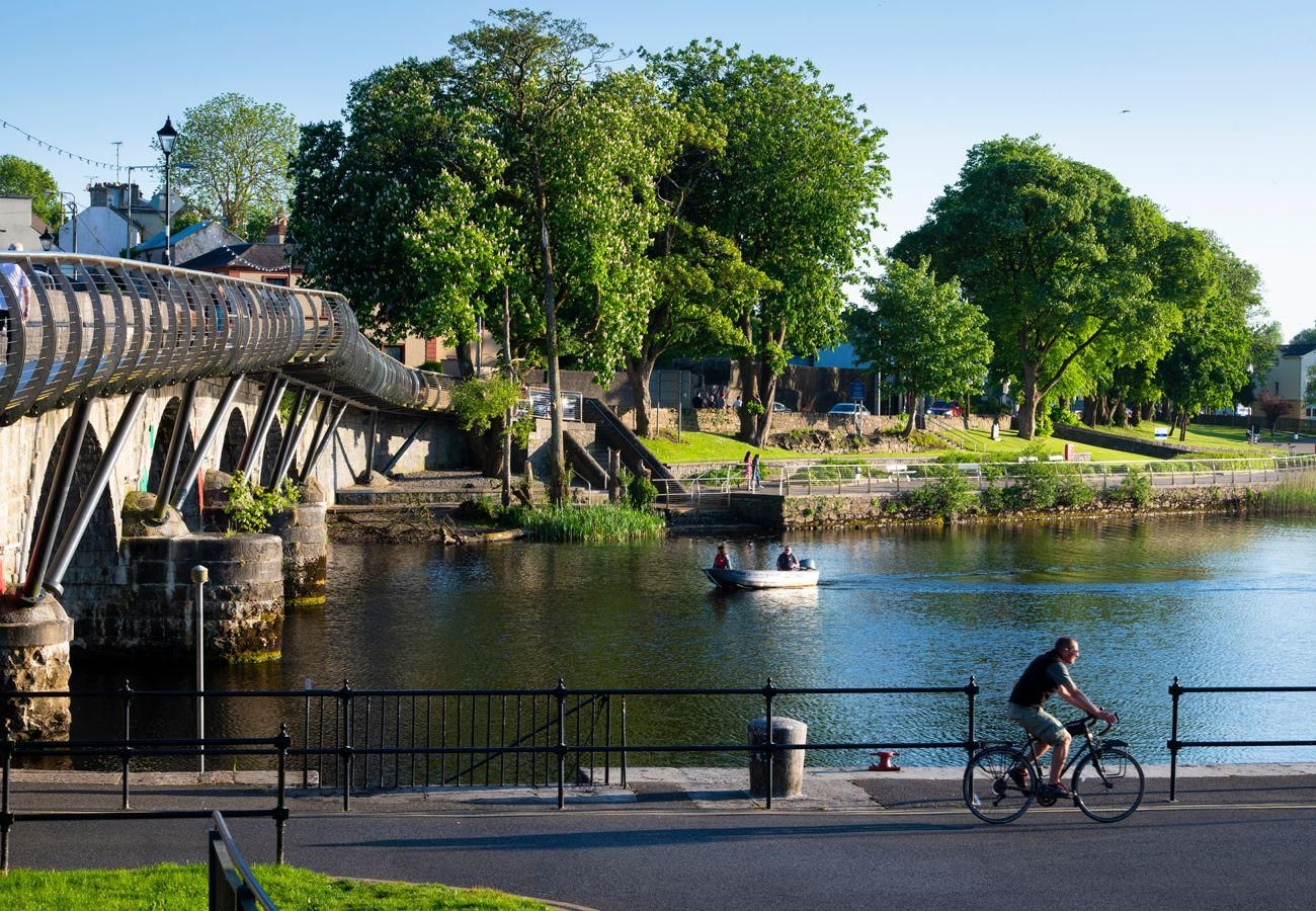 Cycling along the River Shannon in Carrick on Shannon Leitrim image Fáilte Ireland & Tourism Ireland