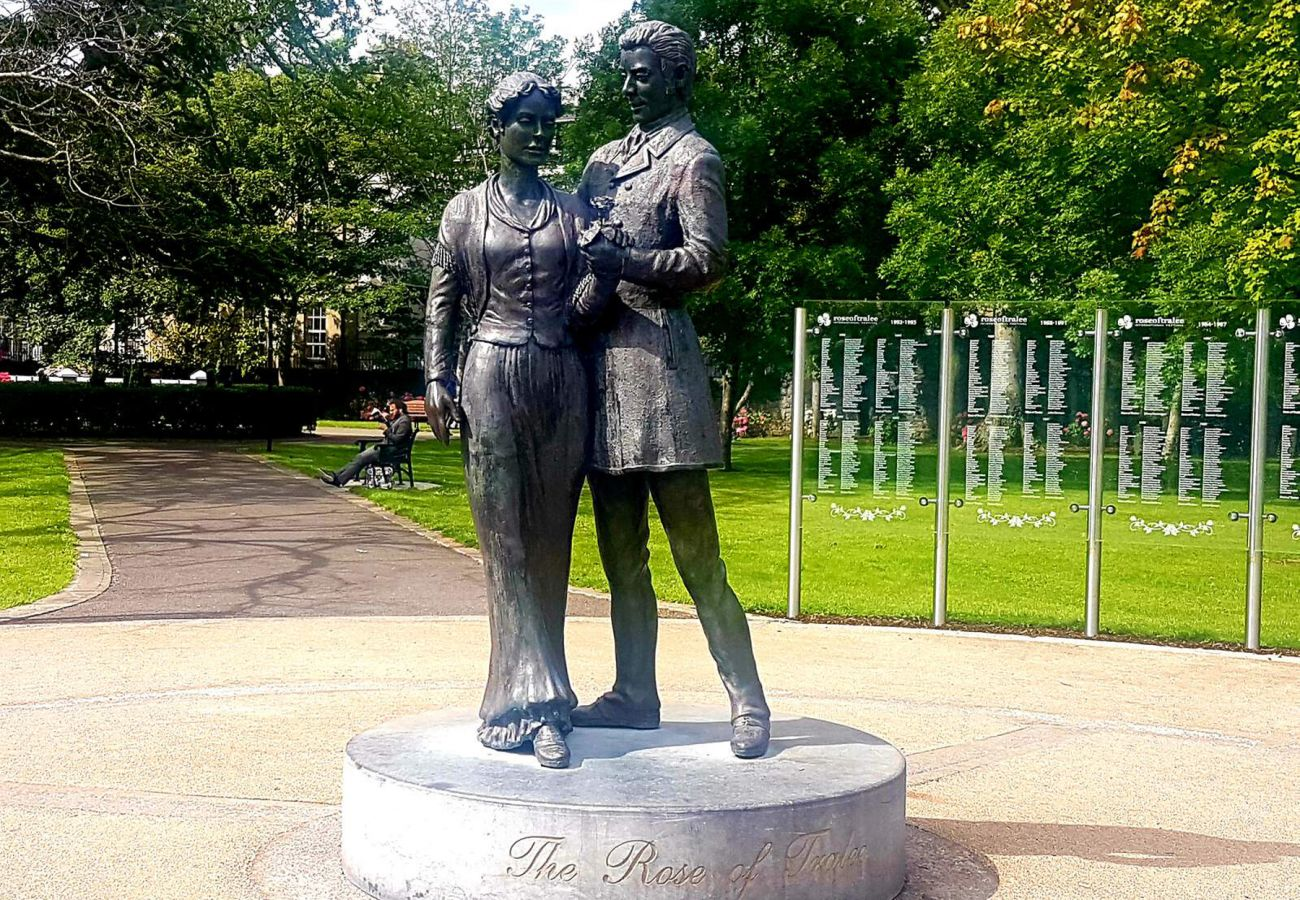 Rose of Tralee Statue, Tralee, Co Kerry © Failte Ireland
