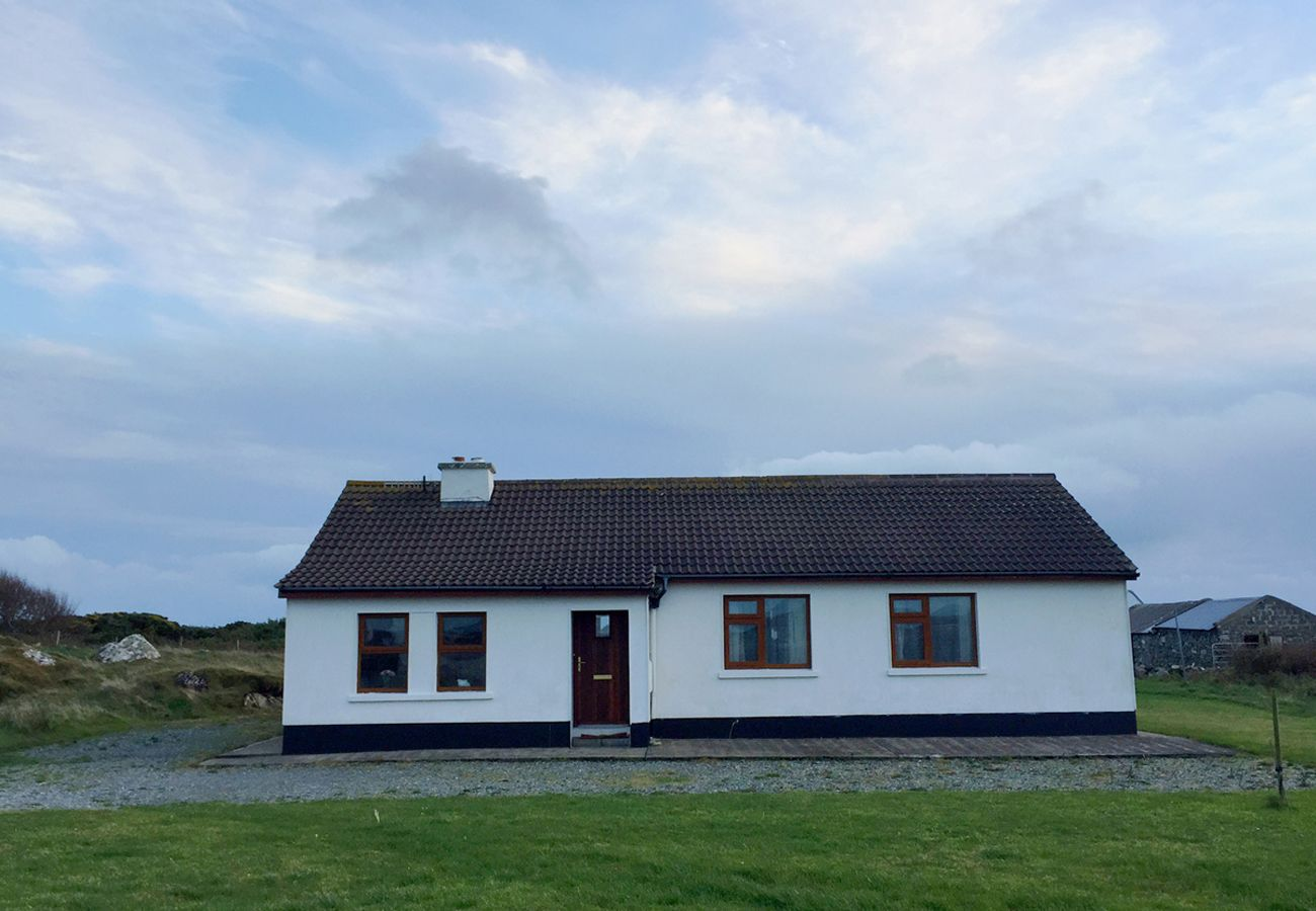 Ballyconneely Holiday Cottage 3 Bed, Cozy Seaside Cottage in Connemara, County Galway