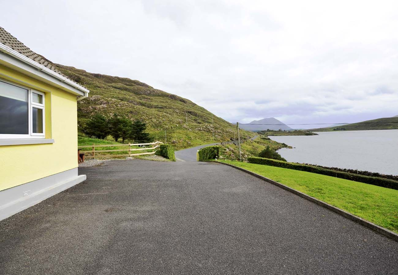 Lough Fee Holiday Home, Lakeview Holiday Home in Connemara, County Galway