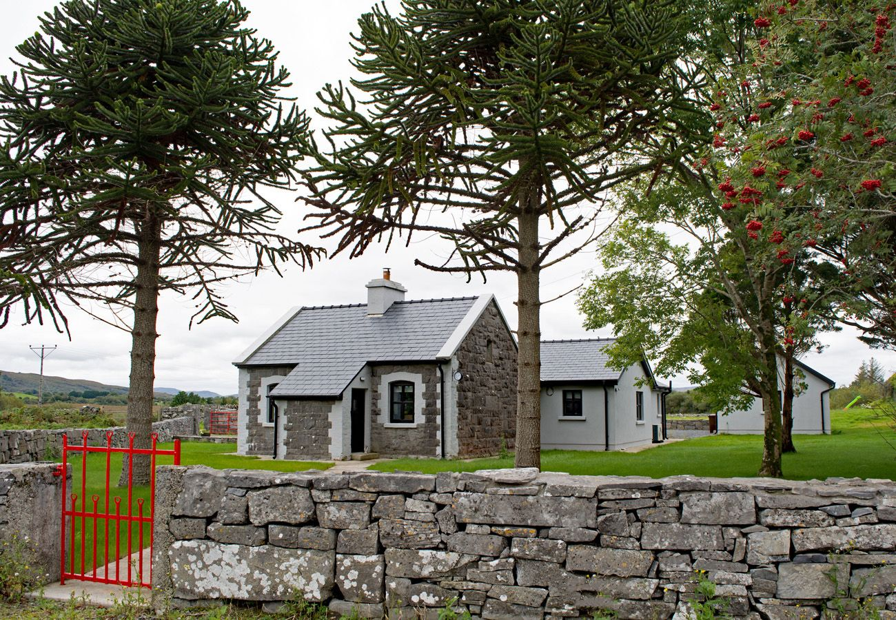 Oughterard Holiday Cottage, Pretty Holiday Cottage in Oughterard Connemara, County Galway