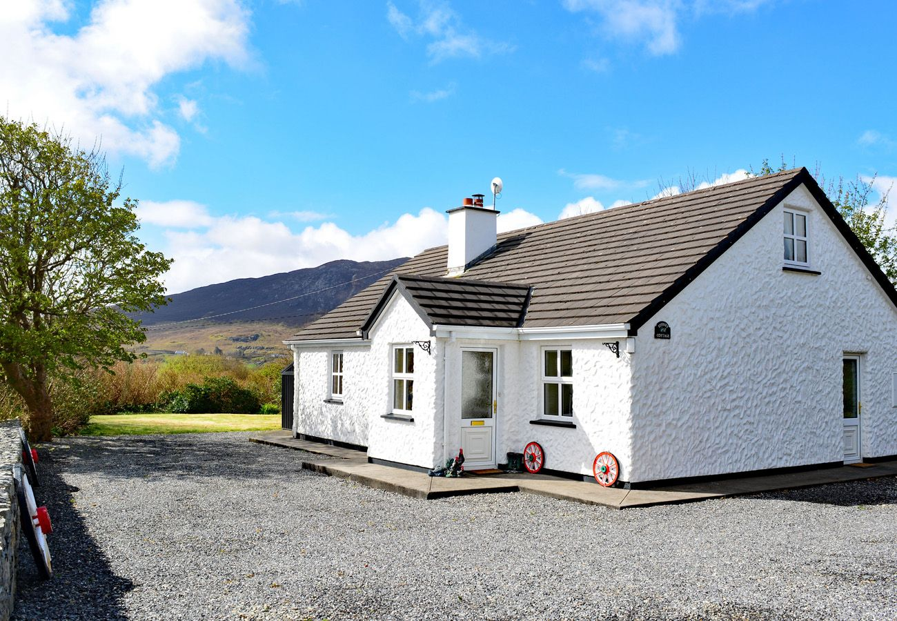 Tully Holiday Cottage, Pretty Traditional Cottage in Renvyle, Connemara, County Galway