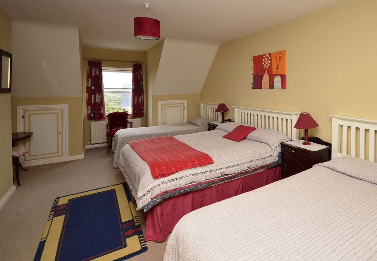 Ballyconneely Holiday Home 8 Bed, Lakeside Holiday Home in Connemara, County Galway