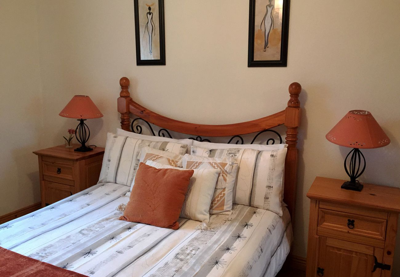 Ballyconneely Village Holiday Home, Pretty Lakeside Holiday Home in Connemara County Galway
