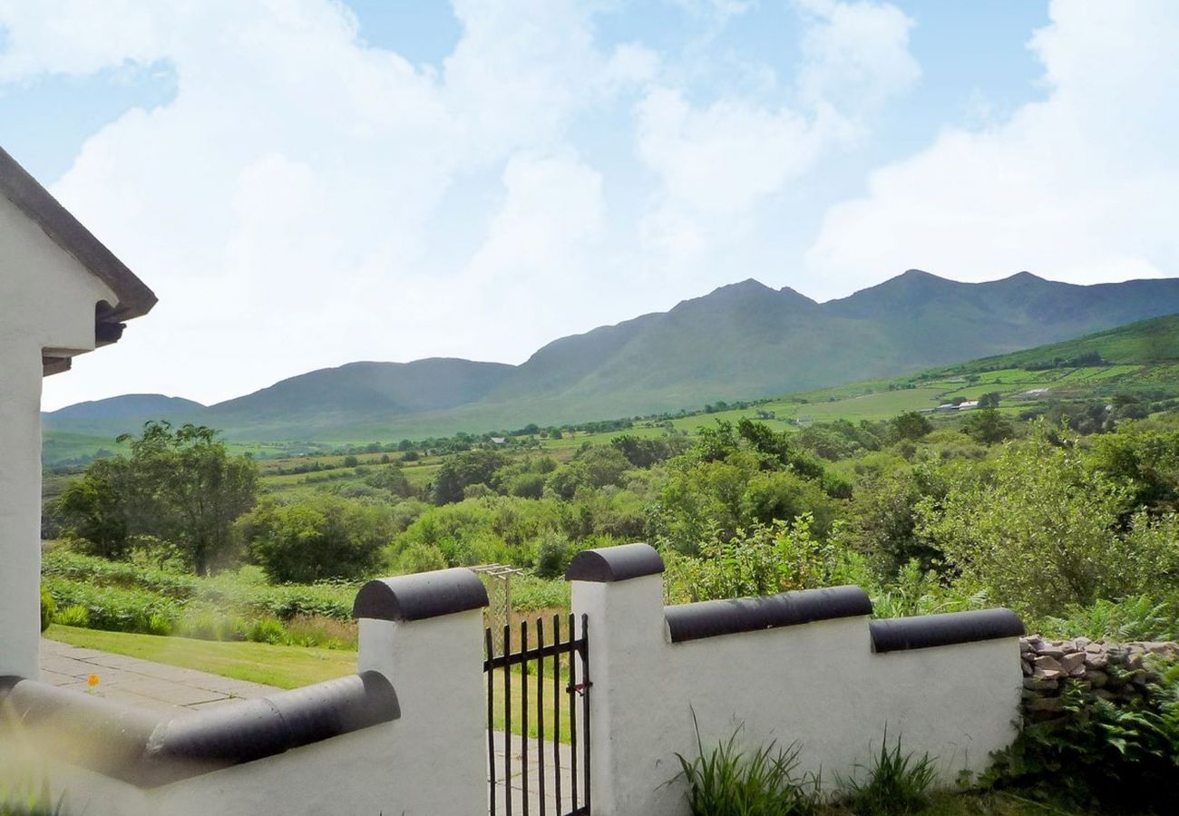 Hollyberry Holiday Cottage, Pretty Self Catering Holiday Accommodation near Carrauntoohil in Beaufort, County Kerry