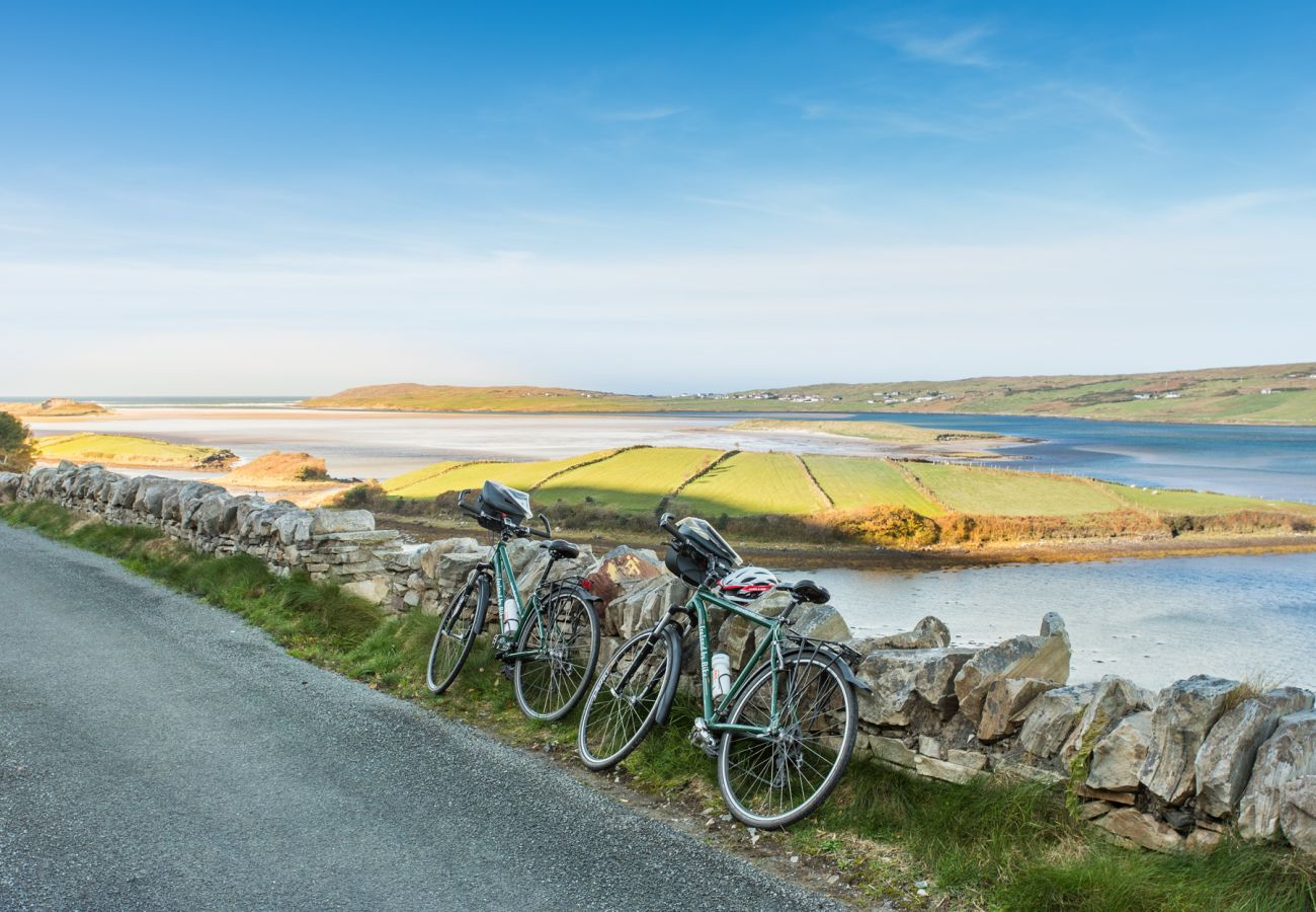 Cycling in Donegal along Irelands WIld Atlantic Way©Tourism Ireland and Failte Ireland
