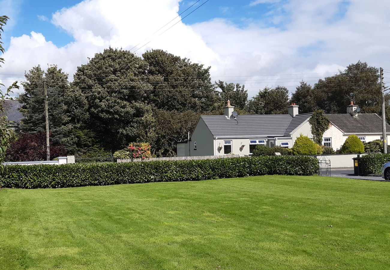 Bungalow in Clogheen - Garden Holiday Cottage