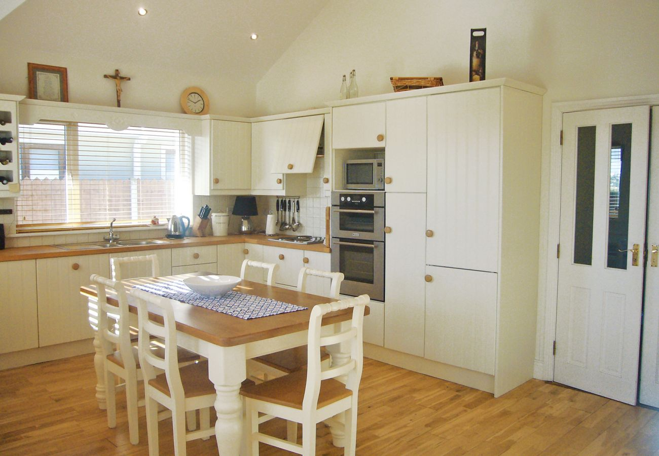 Dacha Holiday Home, Pretty Seaview Holiday Accommodation in Ardmore, County Waterford