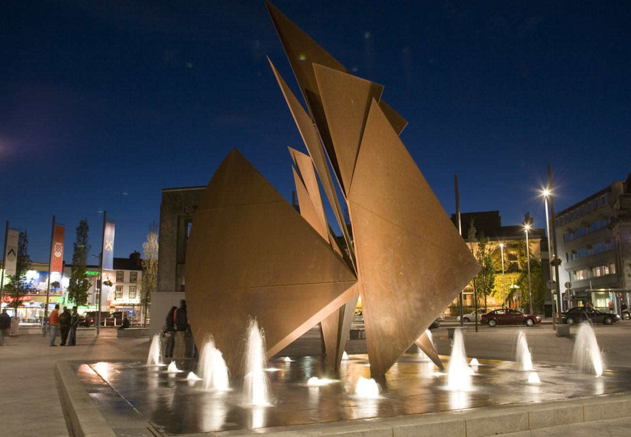 Quincentennial Fountain, Eyre Square, Galway City © Tourism Ireland & Failte Ireland