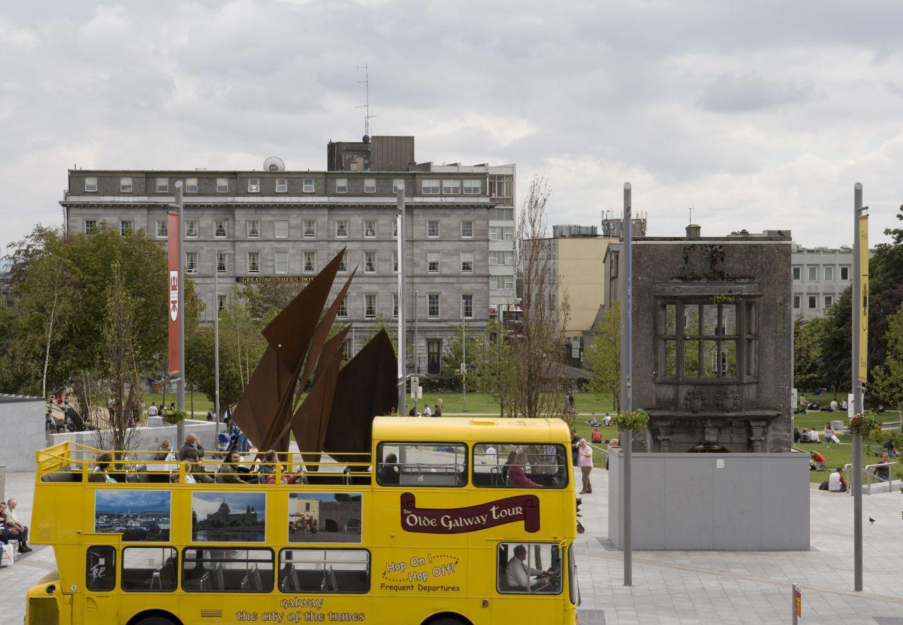 Eyre Square, Kennedy Park, Galway City © Tourism Ireland & Failte Ireland