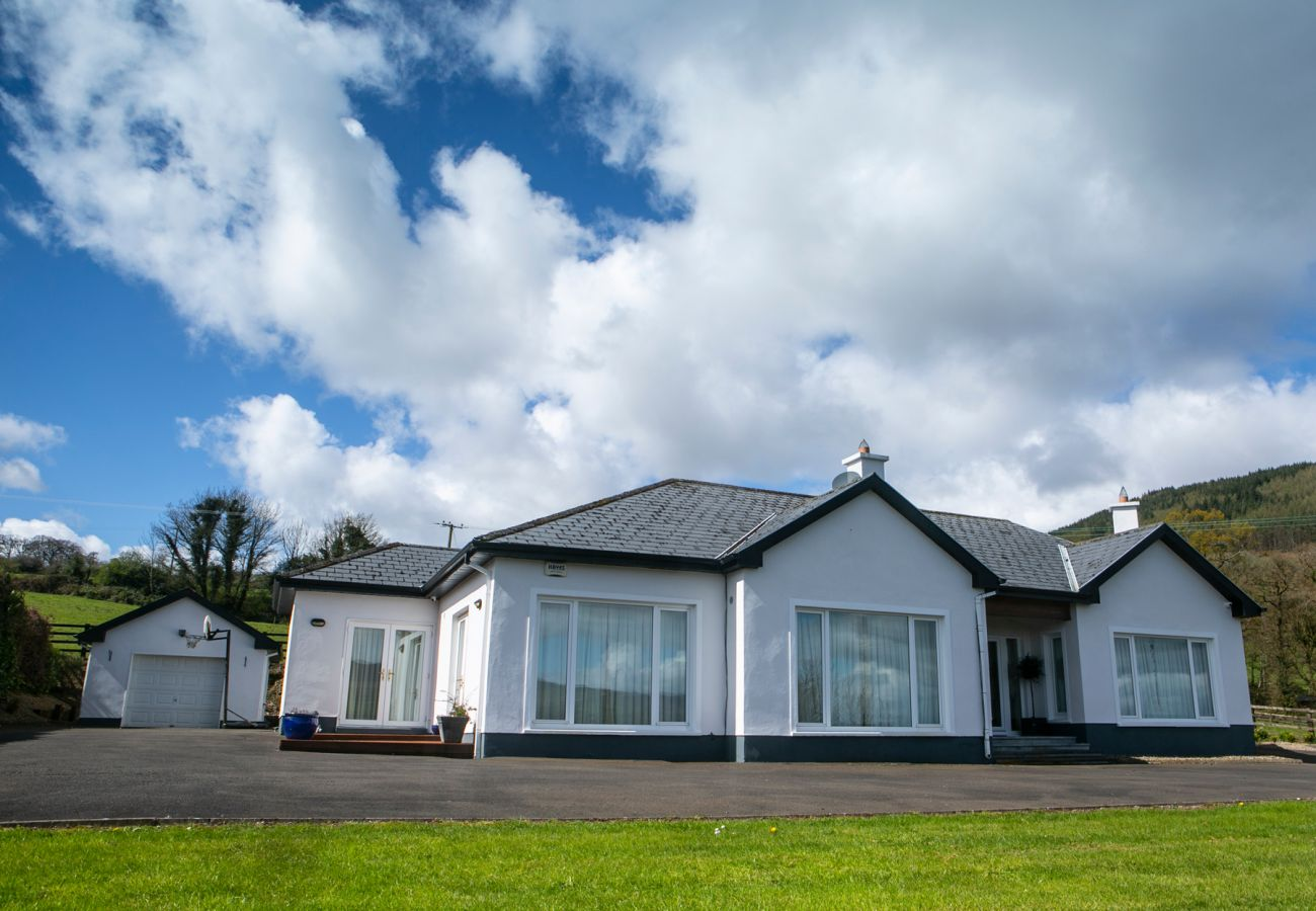 Spacious Lough Derg Self-Catering Family Holiday Lodge, Killaloe, County Clare