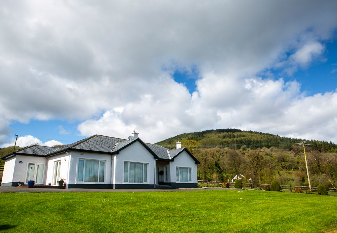 Spacious Lough Derg Self-Catering Family Holiday Lodge, Kilaloe, County Clare