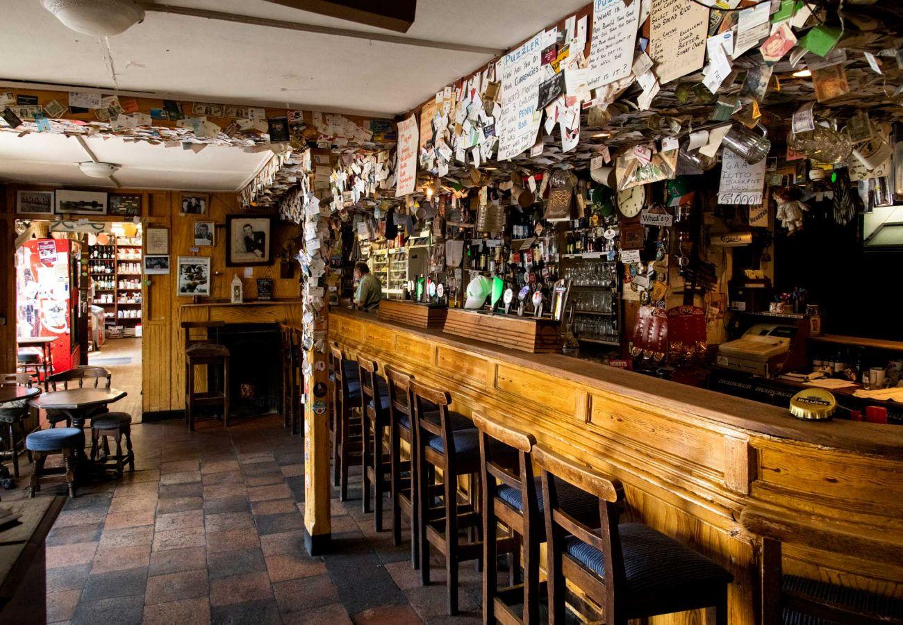 Killeen's Bar, Shannon Bridge, County Offaly © Failte Ireland and Tourism Ireland