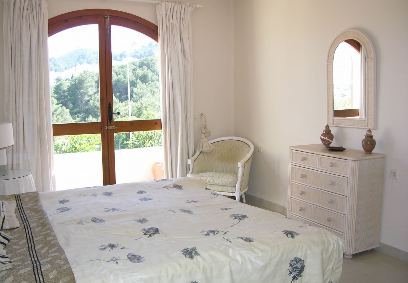Double bed bedroom with beautiful interiors and views - Resort Choice